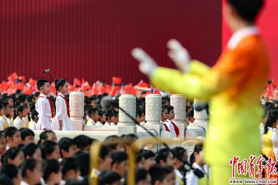 10月1日,北京天安门广场,庆祝中华人民共和国成立70周年大会上,合唱团唱响《今天是你的生日》。中国青年报·中国青年网记者李隽辉/摄