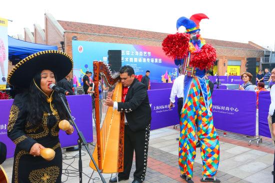 中外街头艺人杨浦艺术商圈亮绝活儿 精彩表演赢喝彩
