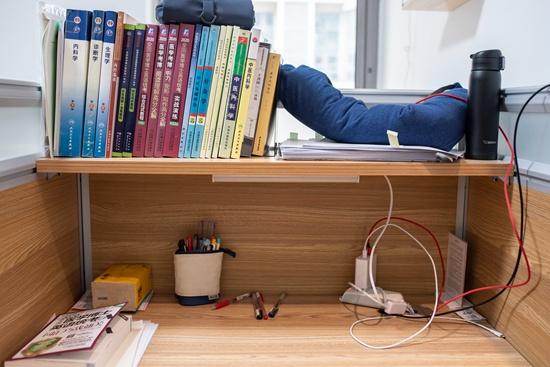 11月23日,北京望京一家自习室的座位。连续使用自习室的顾客,可以在这里储存自己的物品。