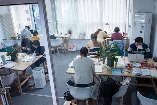 11月23日下午,北京青年路一家自习室一楼的开放区,不少顾客在学习。下午往往是付费自习室顾客最多的时候。