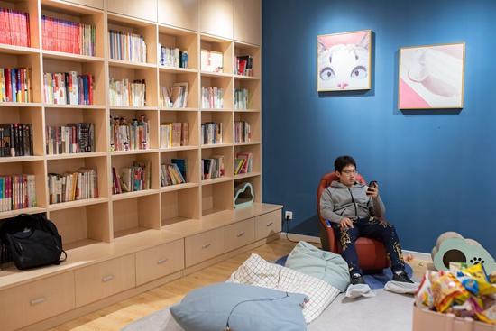 11月24日,北京定福庄一家自习室内,一位顾客正在使用免费的按摩椅。