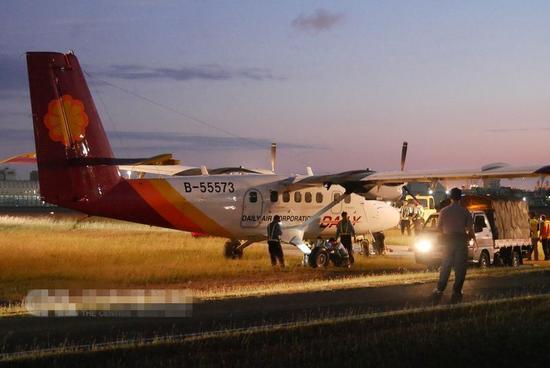 台湾高雄机场一飞机爆胎冲出跑道 无人员伤亡