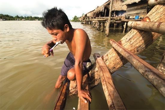 一名委内瑞拉少年在奥里诺科河边洗漱。图片来源视觉中国