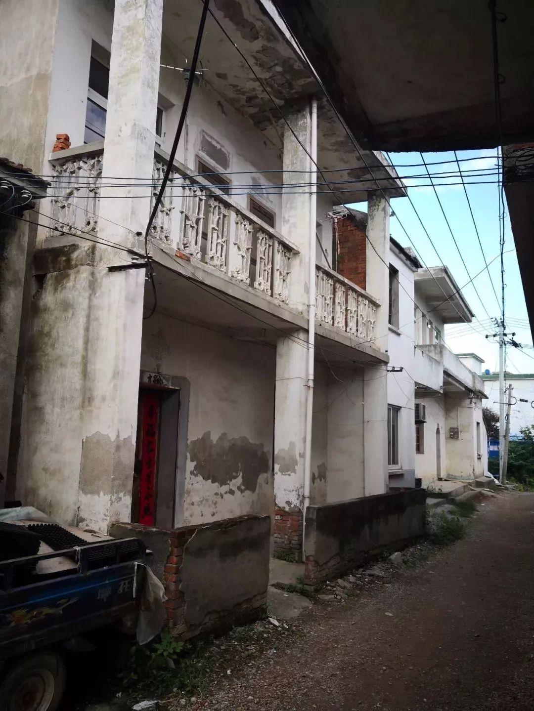 周下村杨树松家的二层楼房大门紧锁,人去楼空。