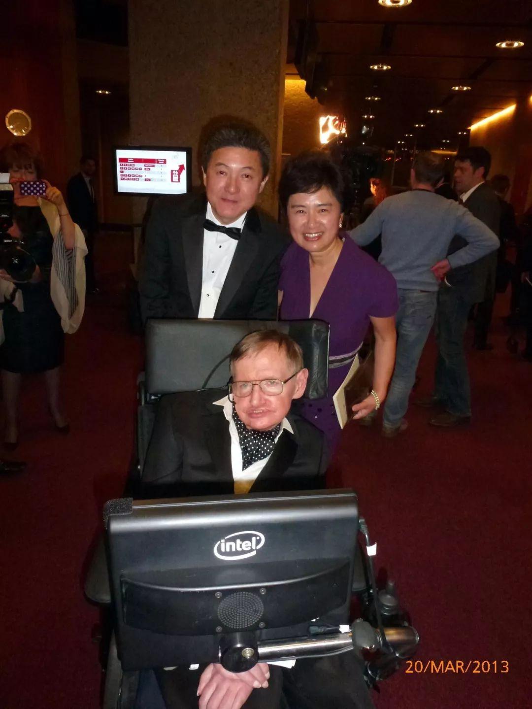 當地時間2013年3月20日晚,瑞士日內瓦,美國斯坦福大學華人物理學教授張首晟(左)獲尤里基礎物理學前沿獎。他與夫人餘曉帆(右)與同日獲得特別獎的英國物理學家霍金(前)。尤里基礎物理學獎由俄羅斯億萬富翁及風險投資家尤里·米爾納於2012年7月成立,在全球範圍內獎勵傑出理論物理學家。   圖片來源:中國新聞圖片網張首晟提供