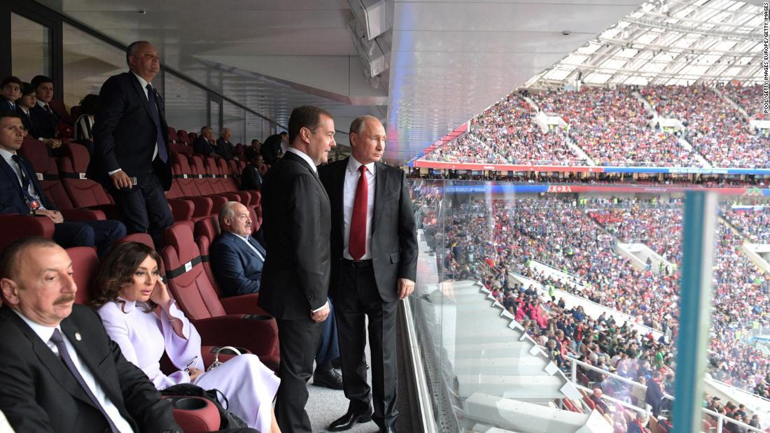 世界杯开幕式上的普京和梅德韦杰夫(CNN图)