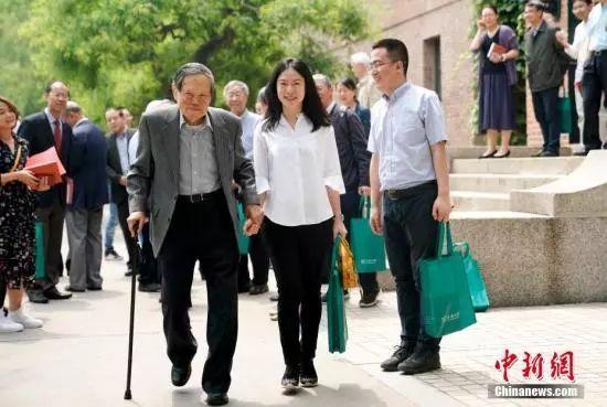 96岁的杨振宁携翁帆来清华 为了这件事(图)