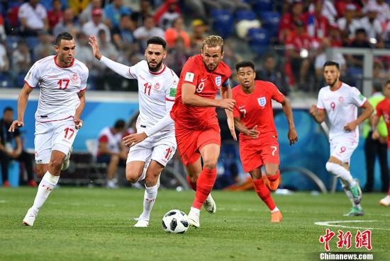 """北京时间6月19日凌晨,俄罗斯世界杯小组赛G组突尼斯与英格兰的较量在伏尔加格勒打响。上半场凯恩补射破门为英格兰队首开纪录,随后英格兰后卫沃克送上点球大礼,突尼斯由萨西主罚命中。下半时,凯恩在91分钟攻破突尼斯球门。最终""""三狮军团""""英格兰队2-1绝杀突尼斯。图为凯恩在比赛中。 中新社记者 毛建军 摄"""