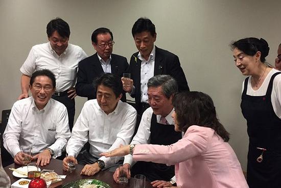 當地時間2018年7月5日,日本,日本首相安倍晉三等大約50名執政的自民黨議員在衆院議員宿舍召開酒會。視覺中國 圖