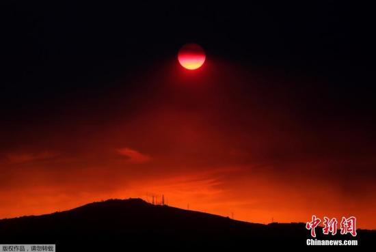 資料圖:當地時間2018年8月12日,希臘埃維亞島與埃維厄島的森林火災繼續蔓延,濃煙遮蔽落日,天空一片鮮紅,好似末日景象。