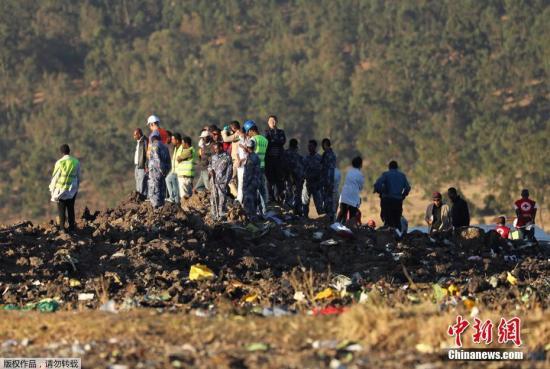 当地时间2019年3月10日,埃塞尔比亚亚的斯亚贝巴,搜救队继续在埃塞俄比亚航空坠机现场进行残骸清理和遗体搜寻工作。当天,埃航一架从亚的斯亚贝巴飞往肯尼亚内罗毕的客机在起飞后不久坠毁,机上149名乘客和8名机组人