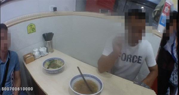 男子吃面吃出2只苍蝇 老板再煮1碗要求吃了才能走