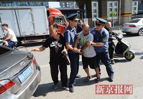 早8时许,西四环外广渠路南侧辅路,执法人员控制一名涉嫌驾驶车辆逆行以及非法载客的司机。