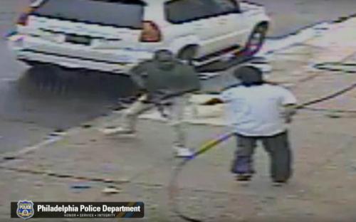 店家以喷水枪企图驱离行抢歹徒。(美国《世界日报》/警方提供)