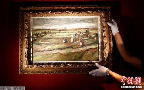 资料图片:梵高的风景油画《沙丘上补渔网的女子》。