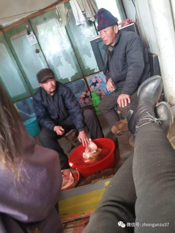▲2018年2月5日,王力辉(左)在王家帮忙洗猪头,右为受害者卢九林。受访者供图