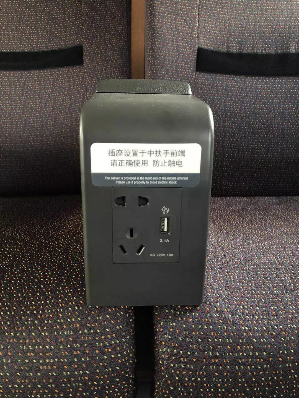 """△长编组""""复兴号""""动车组列车,一等座的充电口位于扶手的前方。"""
