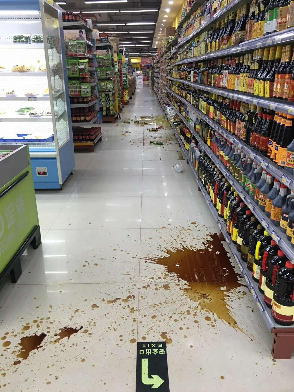 通海县超市内的物品震落。