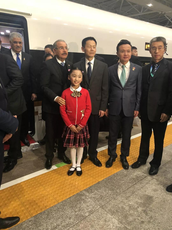 △11月3日晚上,多米尼加总统梅迪纳乘高铁抵达上海,受到热情迎接。(央视记者艾婉婷拍摄)