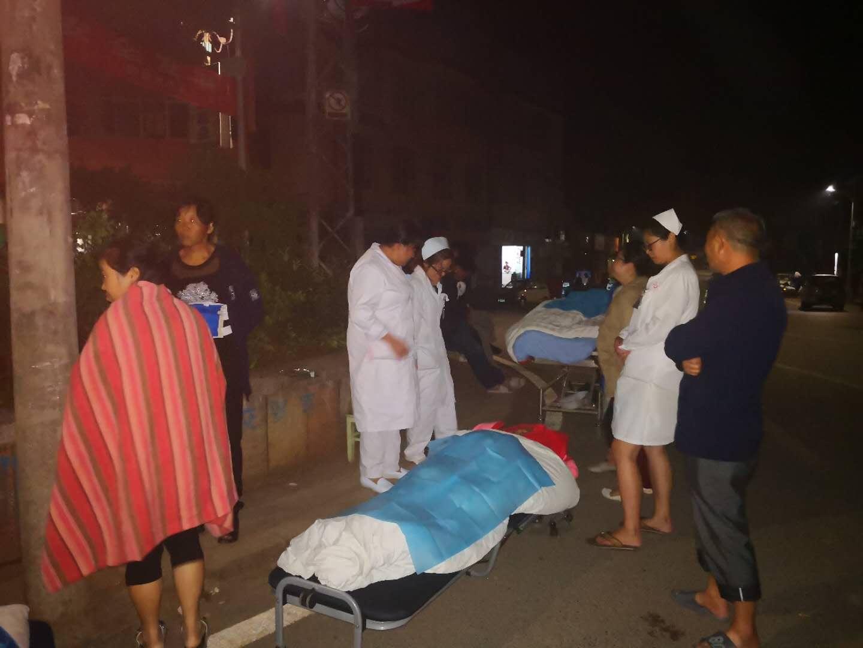 地震发生后,通海县妇幼保健院组织医护人员疏散患者。本文图片均来自网络