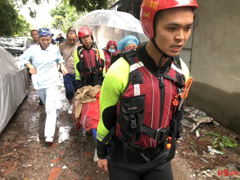 孕妇待产道路被淹 救援人员担架抬出