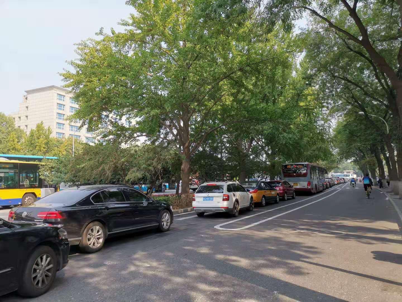 明天上午,拥堵车辆不断从战争路径心排到了宣武门西年夜街。新京报记者 裴剑飞 摄