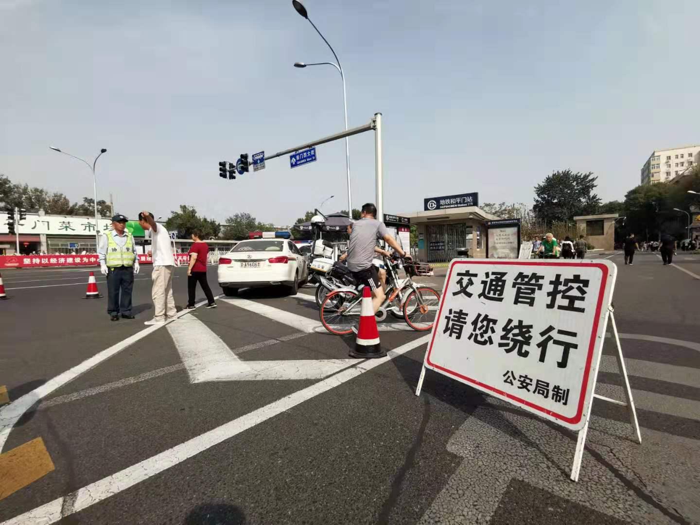 今朝,前门西年夜街正采纳交通管束办法,除公交车之外其他车辆制止通止。新京报记者 裴剑飞 摄