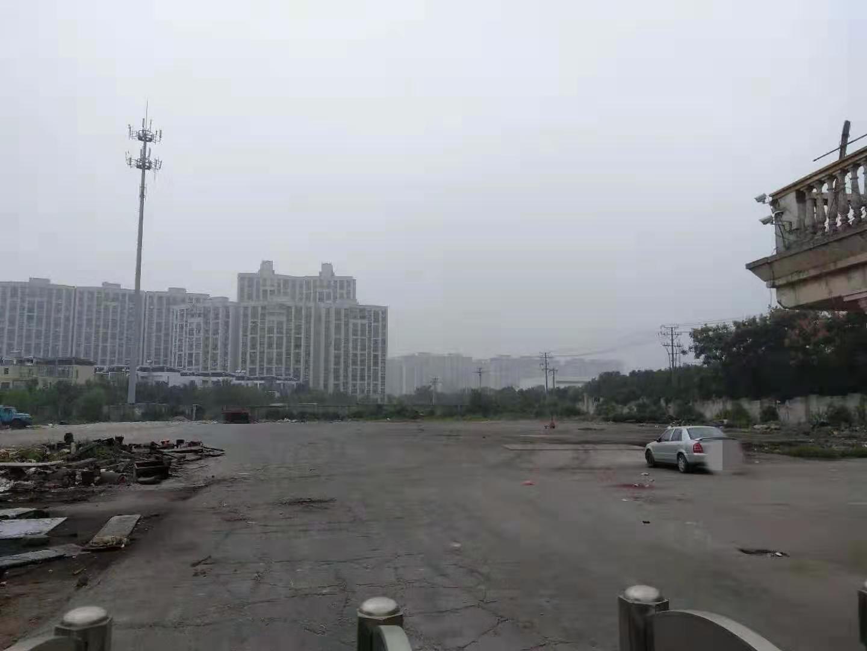 据称泊车场内本来停有货车,现只剩部门烧毁配备。 新京报记者 康佳 摄