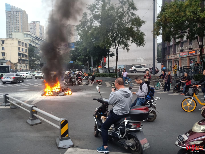 成都红星路口2电瓶车相撞 一电瓶车起火燃烧幸无人员伤亡