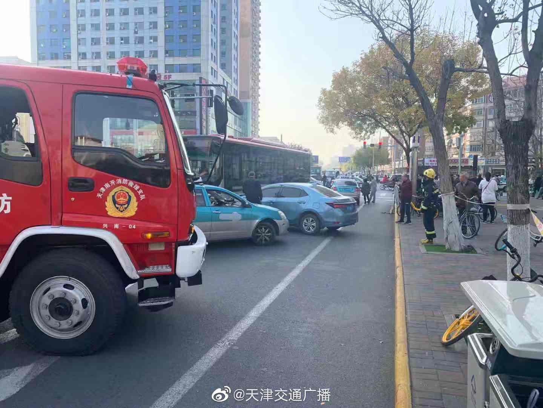 天津公交车失控冲向逆向道