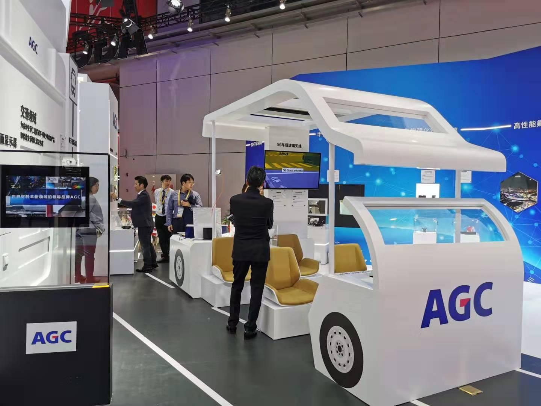 """世界最大玻璃制造商带来全球超薄""""双面显示器""""在进博会上首发"""