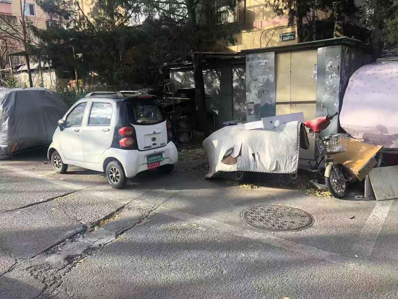 丰台芳星园三区居民私装地锁占车位,物业称将整治