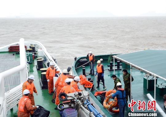 浙江舟山北部水域一散货船沉没13人落水