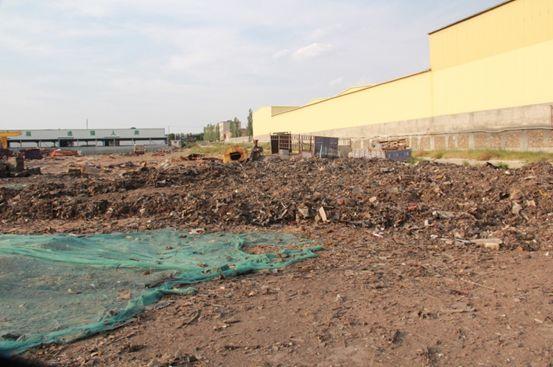 图1 达源公司大量废渣随意堆弃在厂区一角
