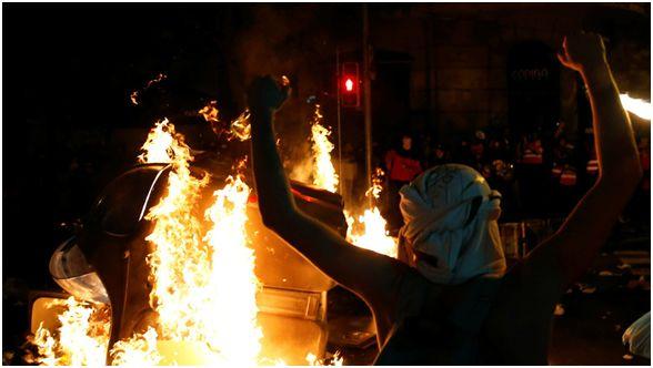 西班牙示威者街头制造暴乱 媒体:越看越像香港