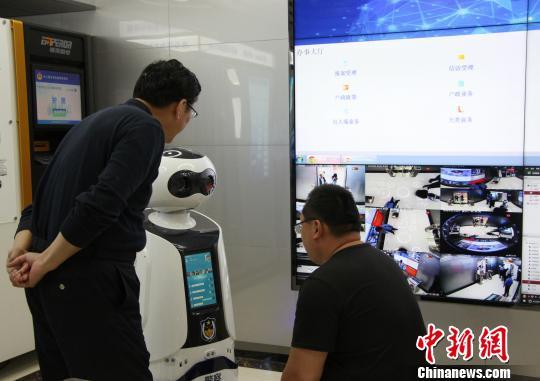 """图为市民正在""""无人警局""""内与机器人对话。 赵晓 摄"""