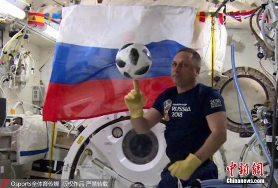资料图:5月31日,俄罗斯宇航员Oleg Artemyev和自己的同事Anton Shkaplerov正在国际空间站内玩足球,以此迎接俄罗斯世界杯的到来。 图片来源:Osports全体育传媒 版权作品 严禁转载