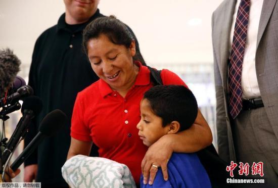 资料图片:因美国移民政策被迫分离,无证移民母子机场重聚。