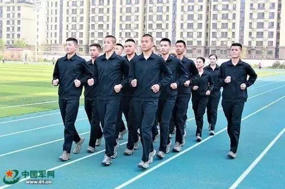 空军某部官兵穿着新配发的长袖体能训练服进行体能训练。