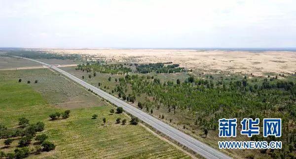 ▲汽车行驶在榆(林)靖(边)高速公路上(8月1日无人机拍摄)。穿越毛乌素沙漠的榆靖高速,是中国建成的第一条沙漠高速公路。