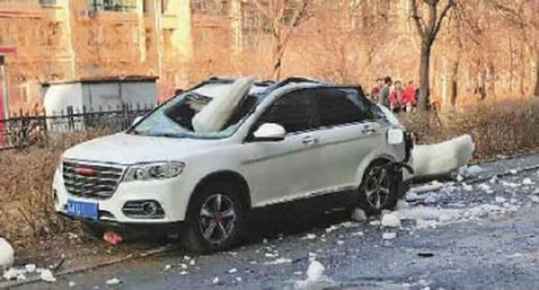 车被巨大冰块砸中,损失严重 本文图均为新文化网 图