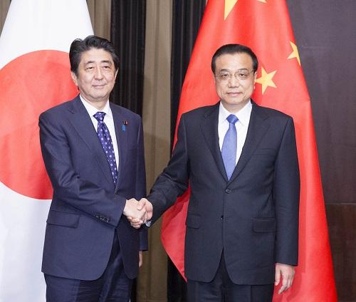 当地时间2015年11月1日,国务院总理李克强在首尔下榻饭店应约会见出席第六次中日韩领导人会议的日本首相安倍晋三。 新华社记者 黄敬文 摄