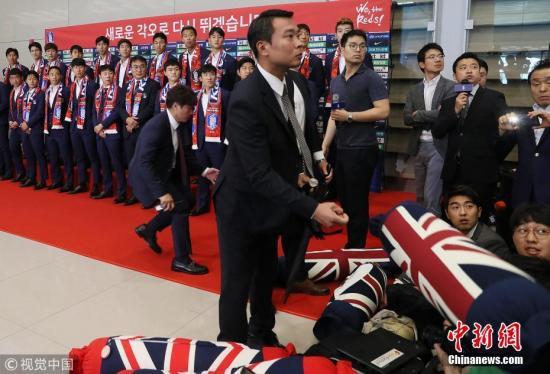 当地时间6月29日,韩国首尔,2018俄罗斯世界杯,韩国男足回国接受采访,被砸鸡蛋、抱枕众将侧目。图片来源:视觉中国