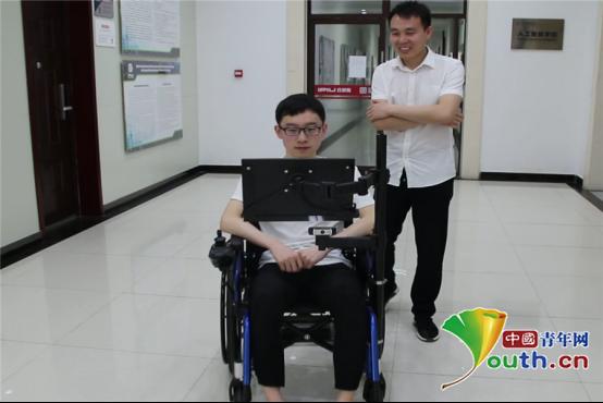 用眼球就能控制!西电学生制作智能轮椅赠送渐冻症患者