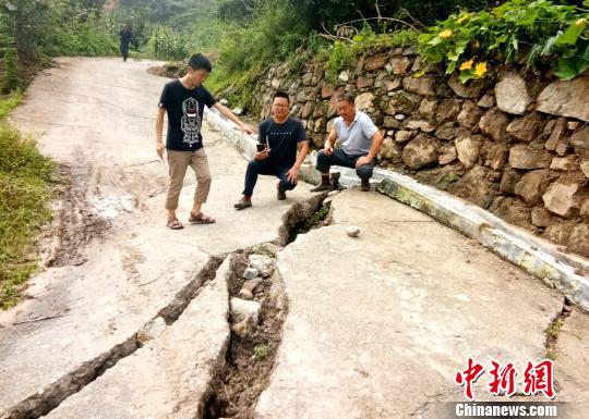 四川汉源:山体滑坡致46间农房被埋 23人成功避险