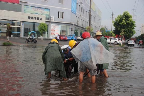 荣昌一场暴雨送清凉 交警锯树、推车、捡车牌忙不停