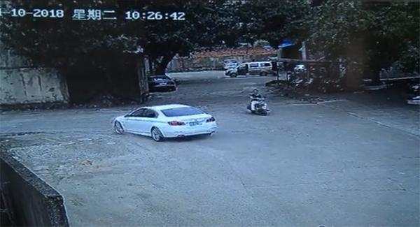 南宁涉套牌宝马被交警布控 顶着铁闸门窜大街逃逸