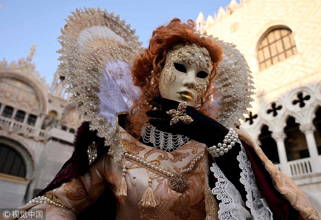 威尼斯狂欢节开幕 水上赛舟热闹非凡