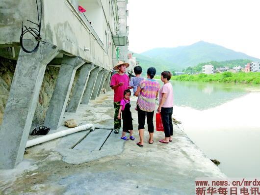 黄辉枝(左一)背大众领会河流卫死状况。