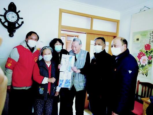 2月28日,六里山街道办事处、英西南路社区相关工作人员,慰问社区支援武汉医务人员的家属。
